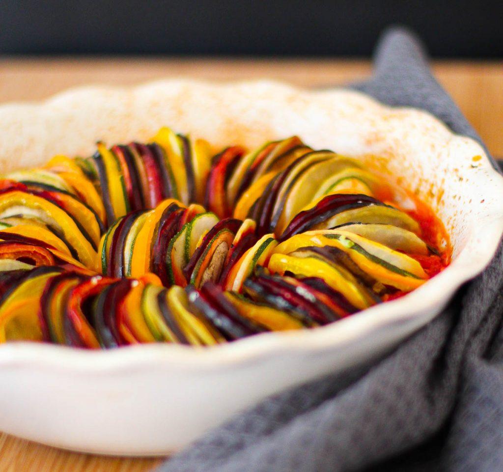 Veganes Ratatouille aus dem Ofen in einer weißen Auflaufform