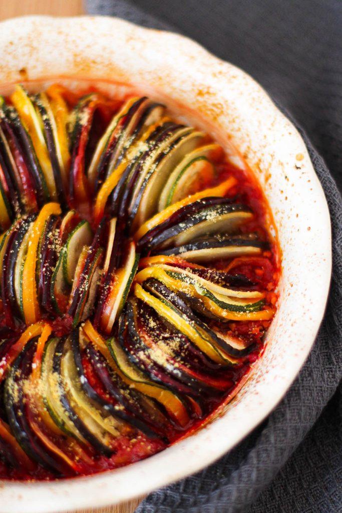 """Veganes Ratatouille aus dem Ofen mit Lupinen-""""Parmesan"""" frisch aus dem Ofen von oben fotografiert"""