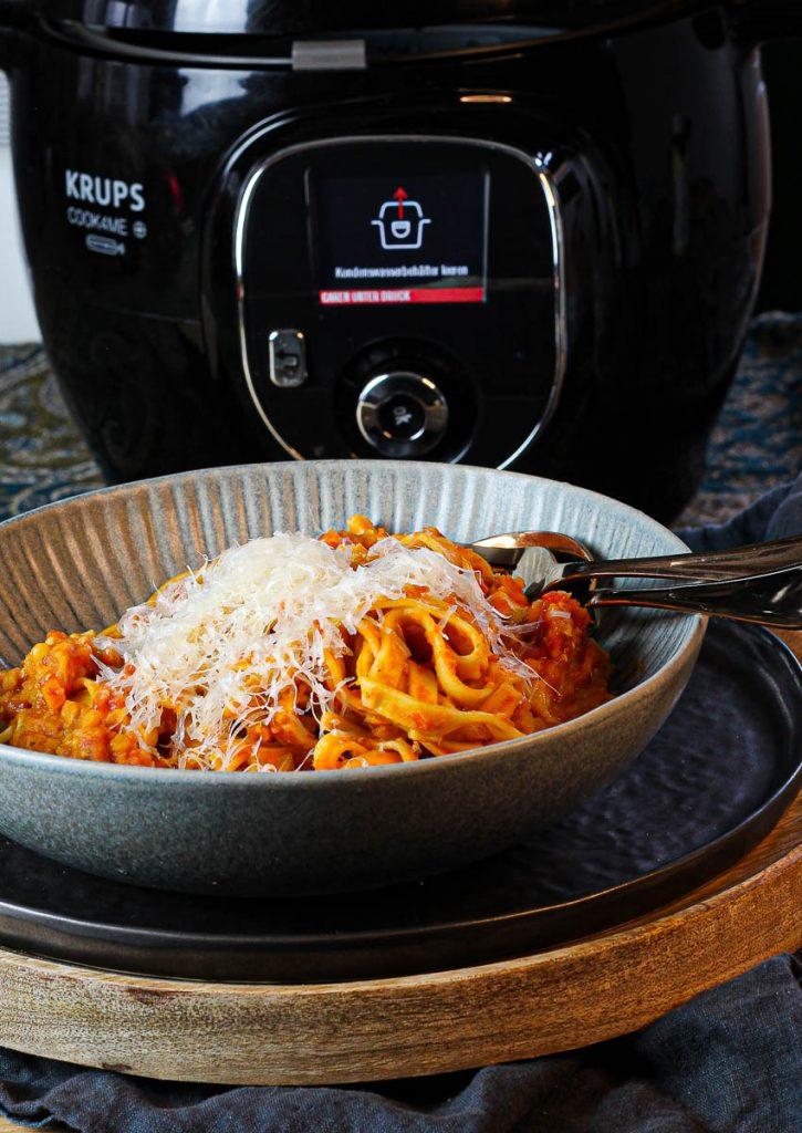 One Pot Pasta mit Linsenbolognese, angerichtet mit Parmesan