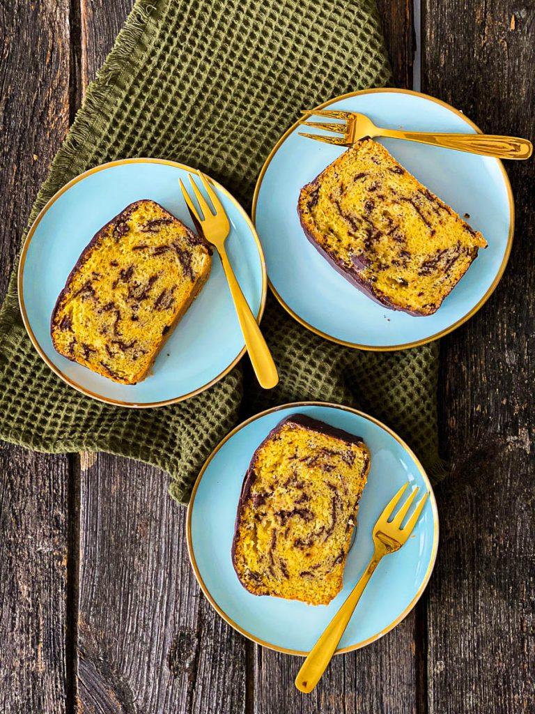 Weltbester Eierlikörkuchen mit Schokolade, aufgeschnitten auf blauen Desserttellern