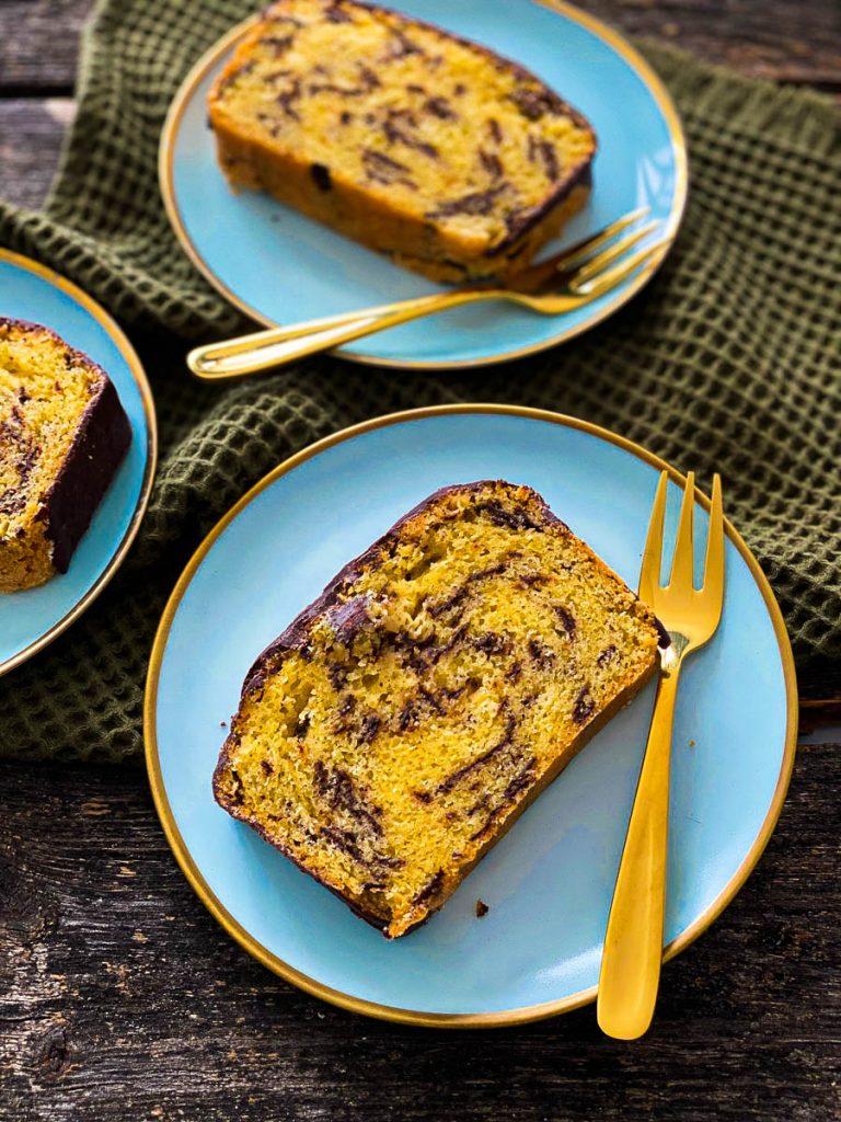 Weltbester Eierlikörkuchen mit Schokolade, aufgeschnitten auf blauen Desserttellern  von oben fotografiert