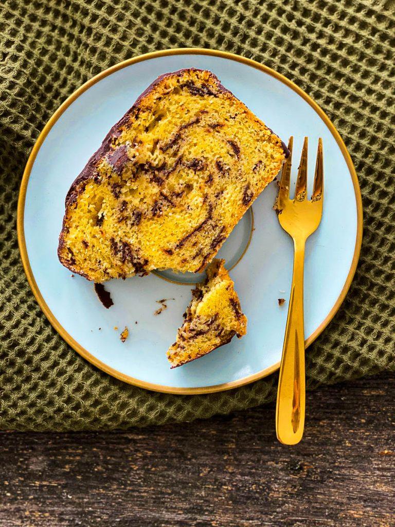 Weltbester Eierlikörkuchen mit Schokolade, aufgeschnitten auf blauen Desserttellern - ein Stück Nahaufnahme