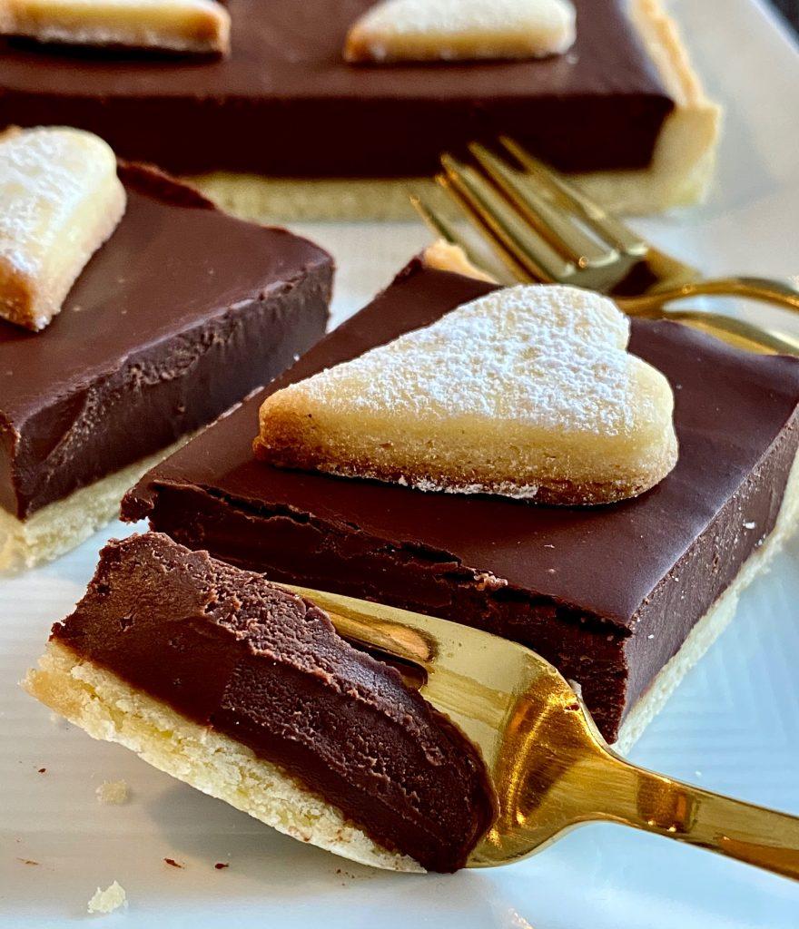 Weltbeste Schokoladentarte - ganz einfach Nahaufnahme, ein Stück auf der Kuchengabel