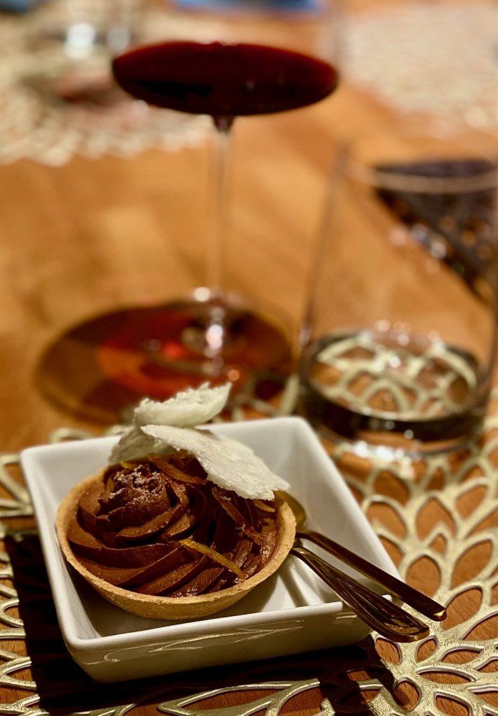 VELES Nürnberg - Tarte, gefüllt mit einer aufgeschlagenen Schokoladenmousse, knuspriger Milch und kandierten Orangen-Streifen.