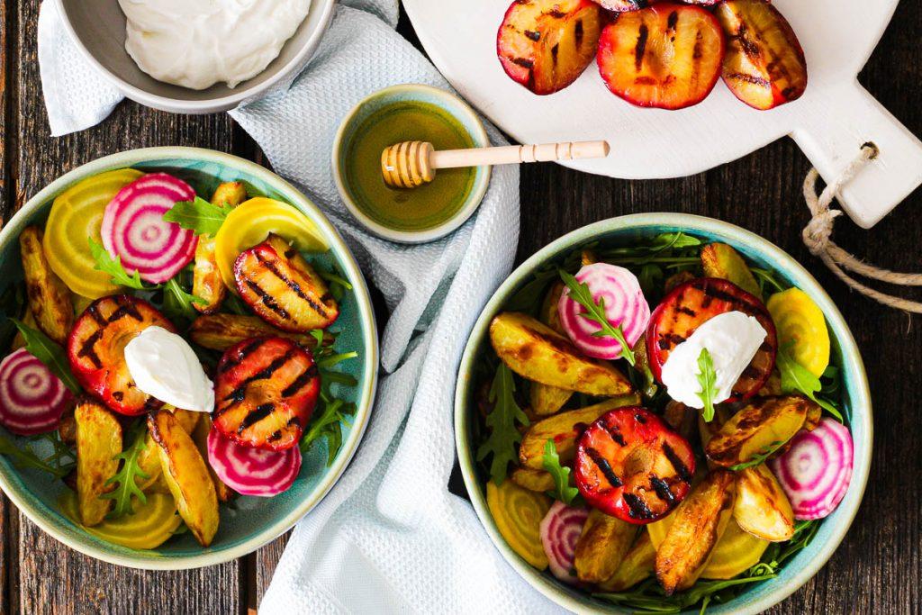 Bunter Salat mit gegrillten Pflaumen und Frischkäse von oben fotografiert
