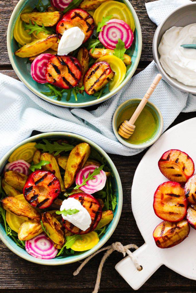 Bunter Salat mit gegrillten Pflaumen und Frischkäse mit Honig