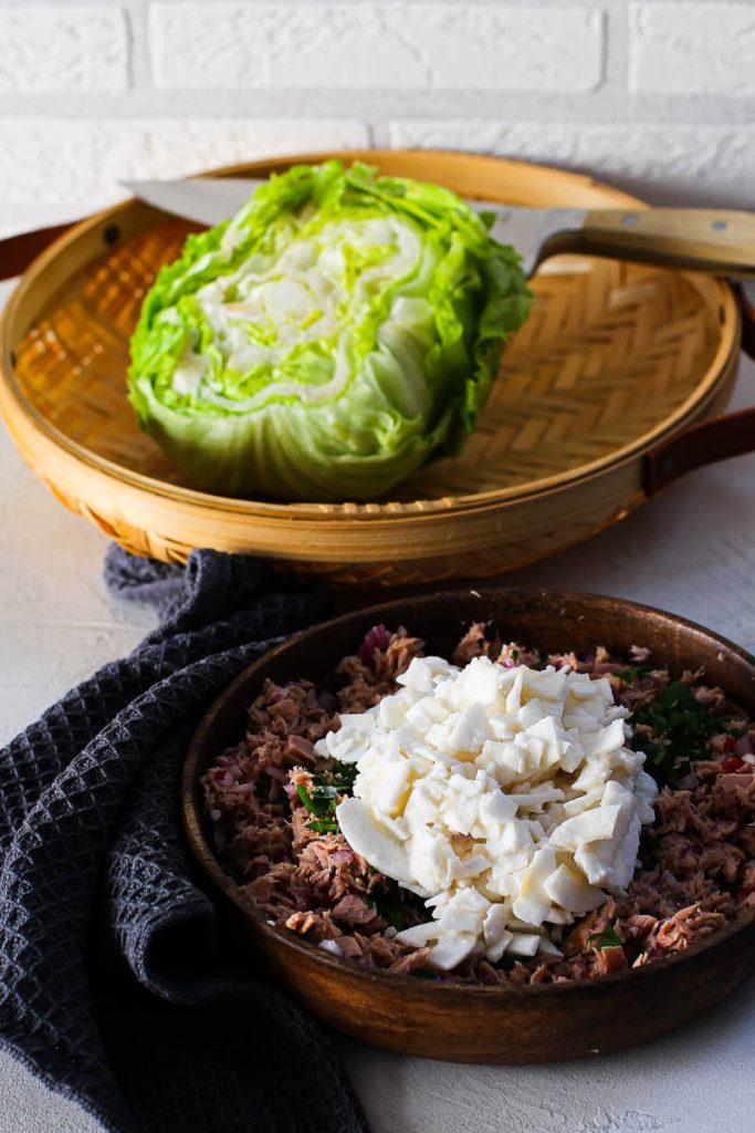 Thunfisch mit Kokosraspeln mit Salat im Hintergrund