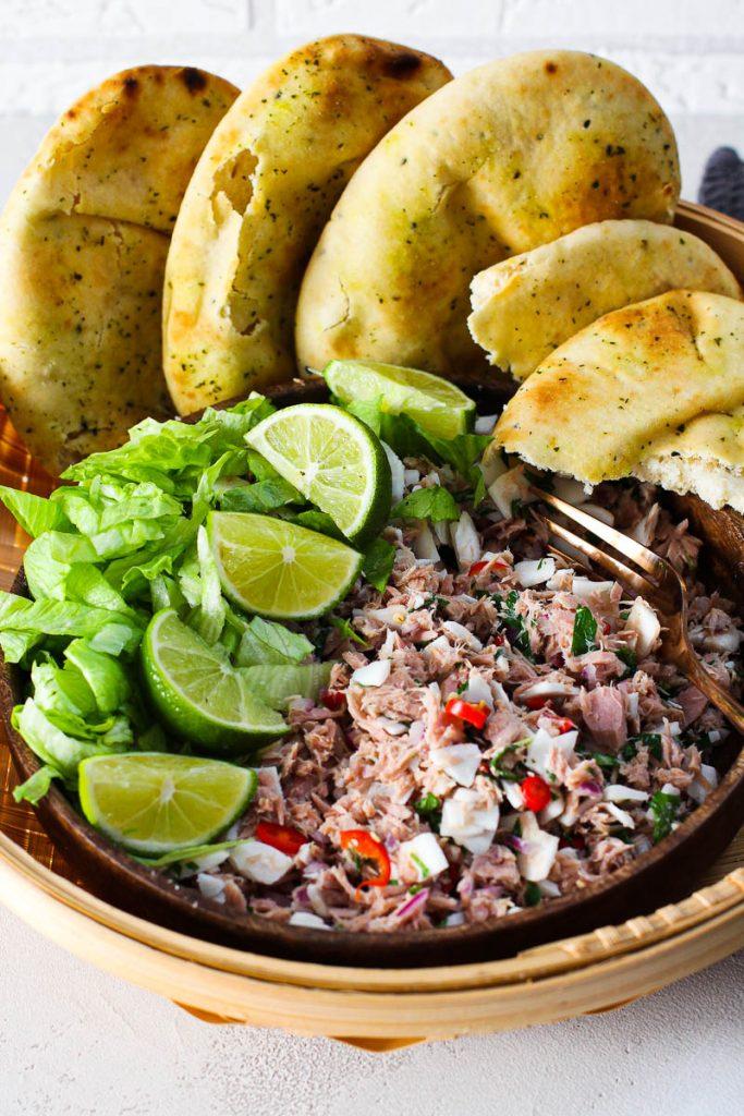 Thunfisch mit Kokosraspeln mit Pita Brot