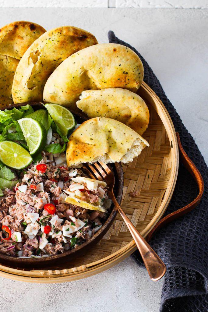 Thunfisch mit Kokosraspeln und Brot