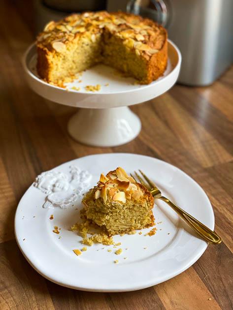 Saftiger Apfelkuchen fettarm, zuckerfrei und ohne Gluten. Ein Stück angegesssen.