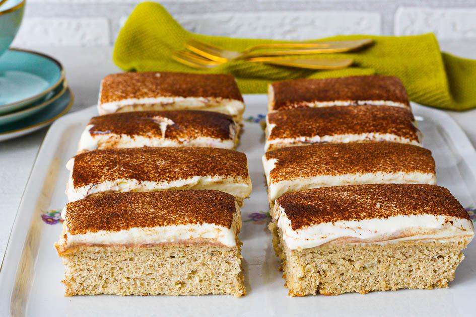 Bananenkuchen mit Skyr-Frosting und Zimt Nahaufnahme Anschnitt