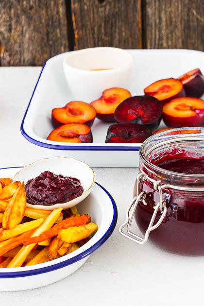 Nahaufnahme Teller mit Gemüse Pommes und Ketchup