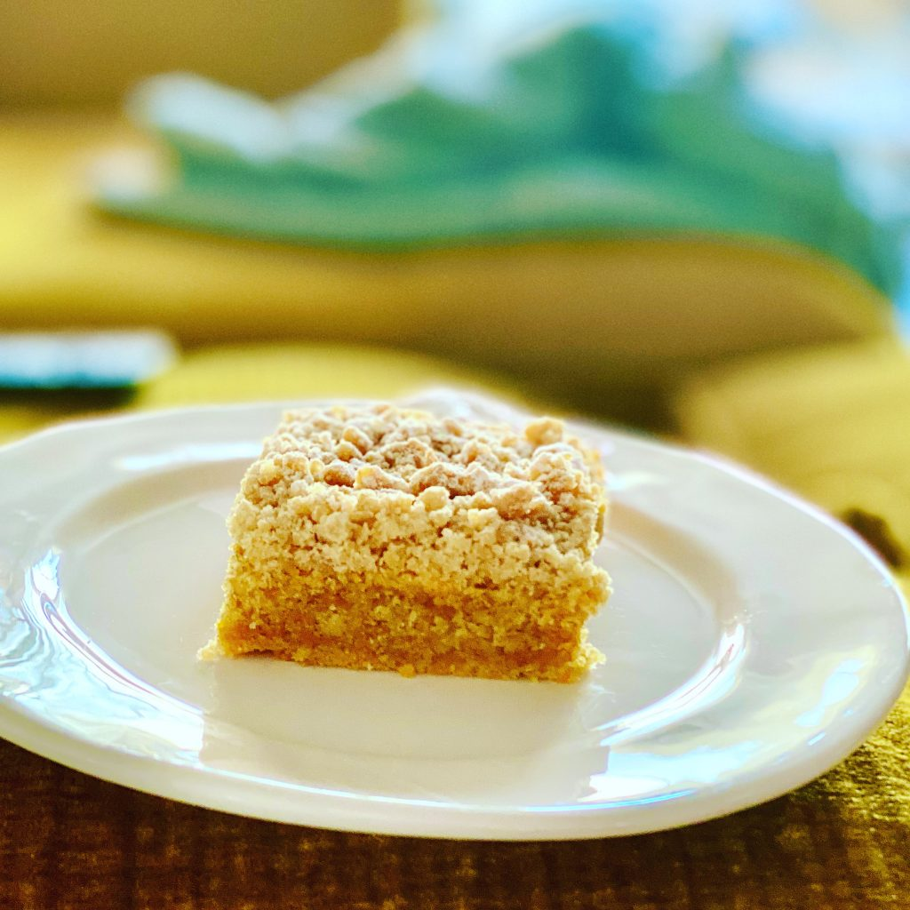 Carrot Cake mit Streuseln ohne Zucker auf einem weißen Teller.