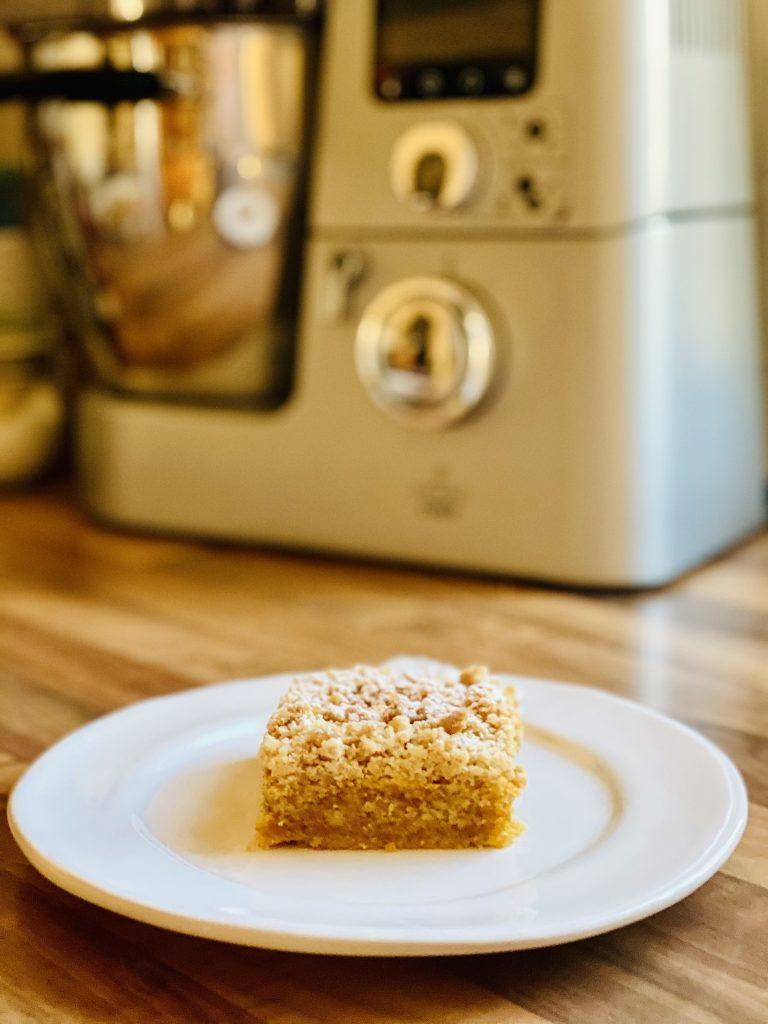 Carrot Cake mit Streuseln ohne Zucker, ein Stückchen vor der Küchenmaschine