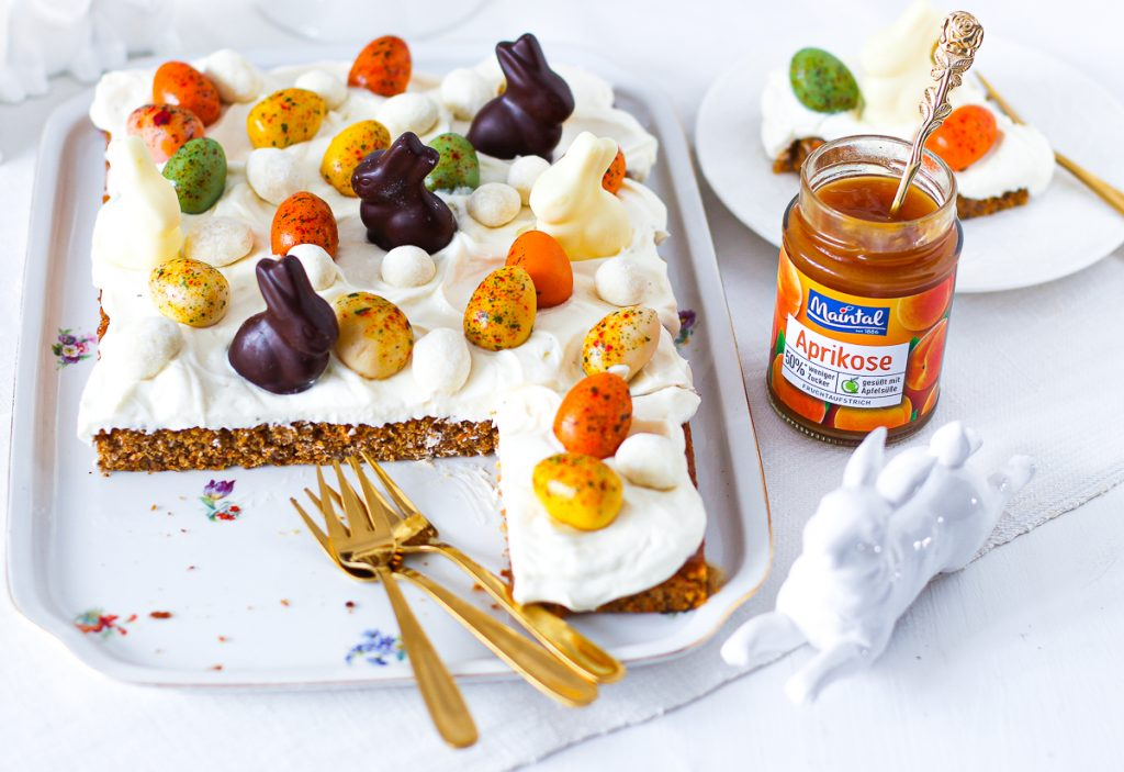 Low Carb Carrot Cake vom Blech mit einem Glas Maintal Aprikose