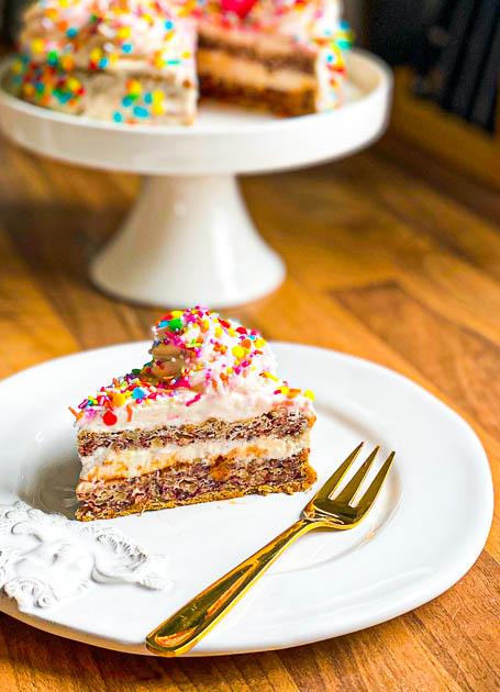 Nuss-Baiser-Torte light mit Quarkcreme und Streuseln