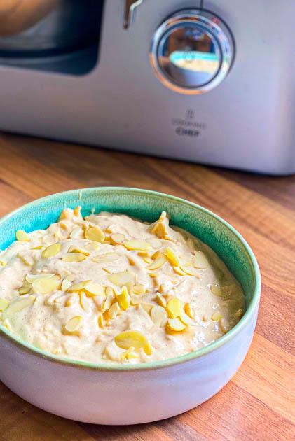 Schneller Quarkauflauf mit Apfel und Zimt - fettarm und eiweißreich. Vor dem backen in einer blauen Keramikschale
