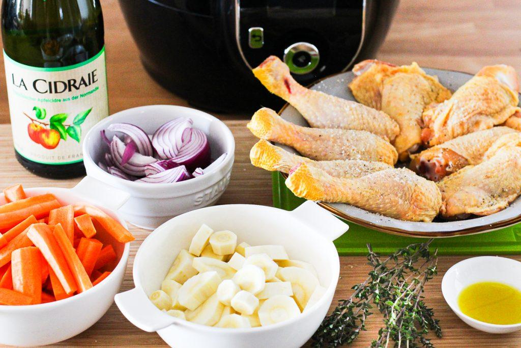 Einfache butterzarte Hähnchenkeulen in Cidre, die Zutaten geschnitten