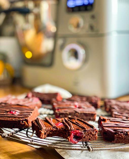 Schlanke Schwarzwälder Kirsch Schnitten vor der Kenwood Cooking Chef