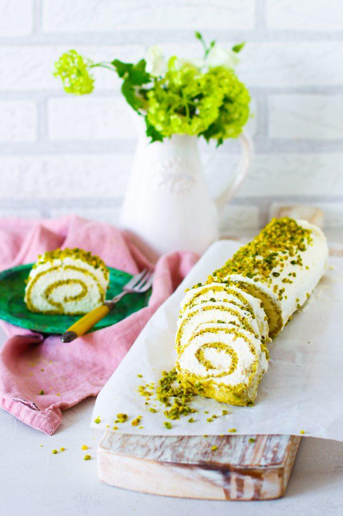 Schnelle Roulade - fettarm, zuckerfrei und ohne Gluten, aufgeschnitten auf einem weißem Brett