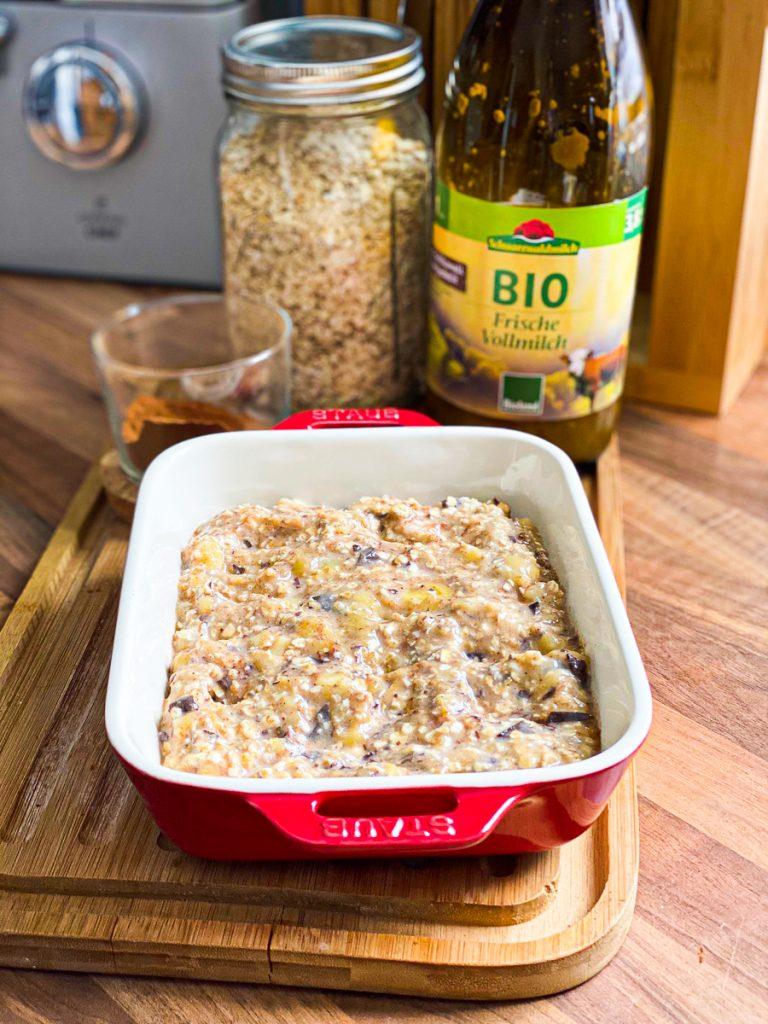Baked Oatmeal Schoko Banane (gebackene Haferflocken) fertig zum Backen in der Form