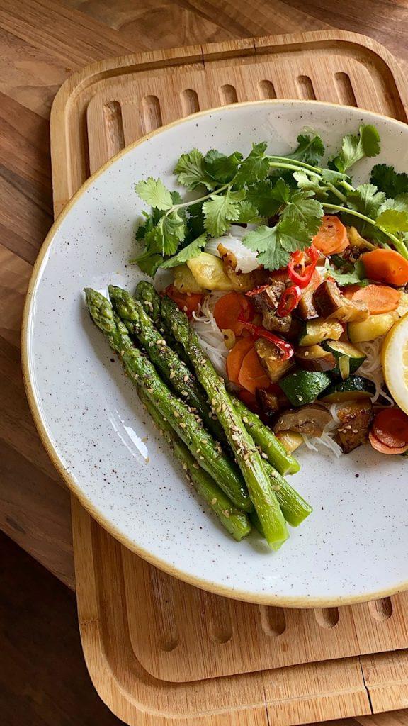 Reisnudeln mit gebratenem Gemüse vegan und fettarm mit grünem Spargel