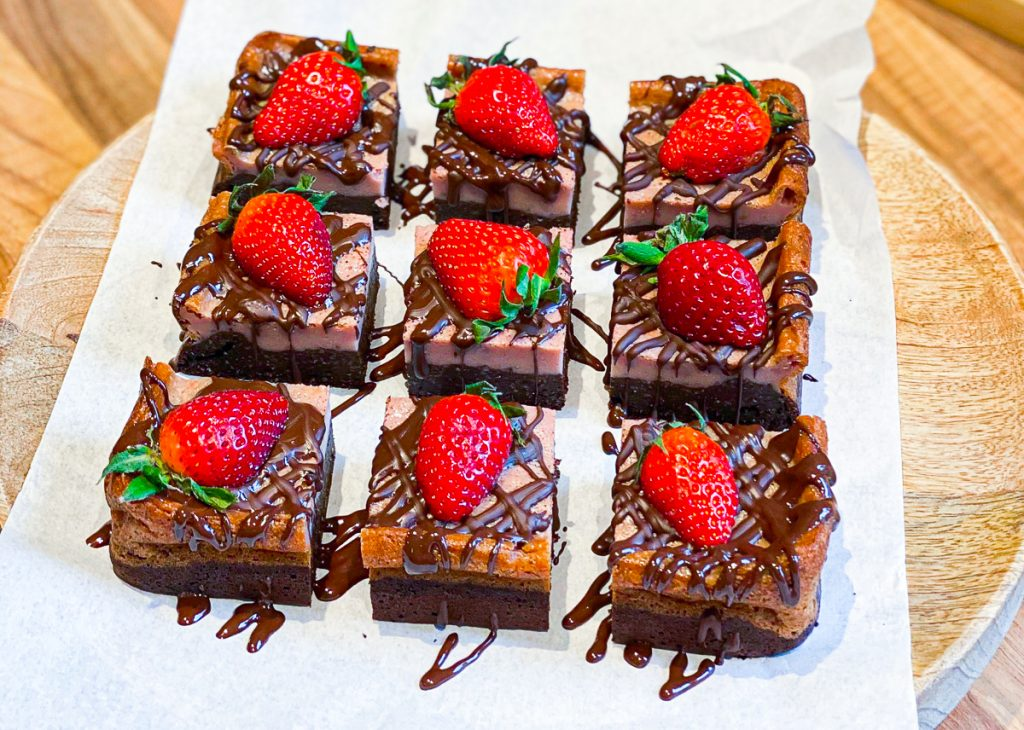 Brownie-Cheesecake mit Erdbeeren ohne Mehl und Zucker mit Schokoladenglasur