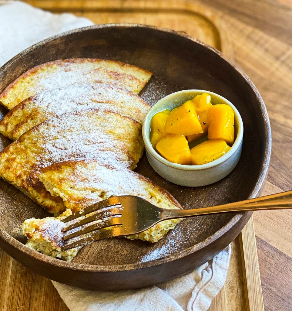 Einfache Haferflocken Pfannkuchen fettarm und zuckerfrei in einer Holzschale mit Mango