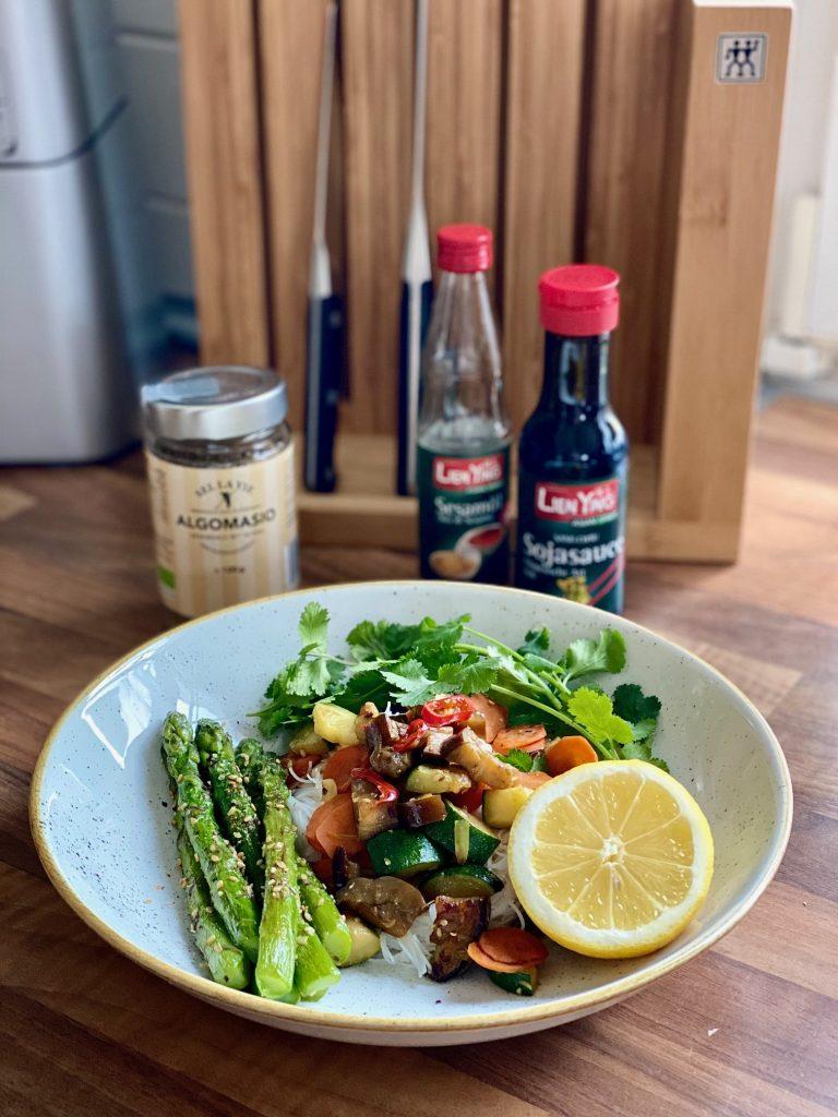 Reisnudeln mit gebratenem Gemüse vegan und fettarm auf einem grauen Teller mit Koriander