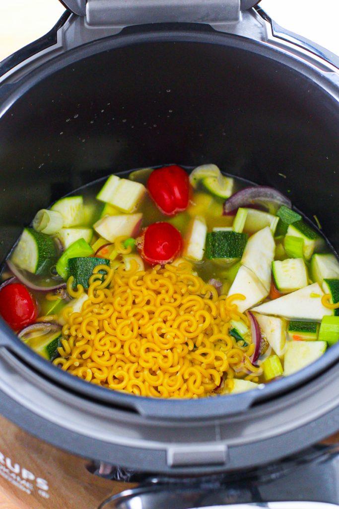 Die Nudeln für die Schnelle Minestrone kommen in den Topf der Cook4Me.