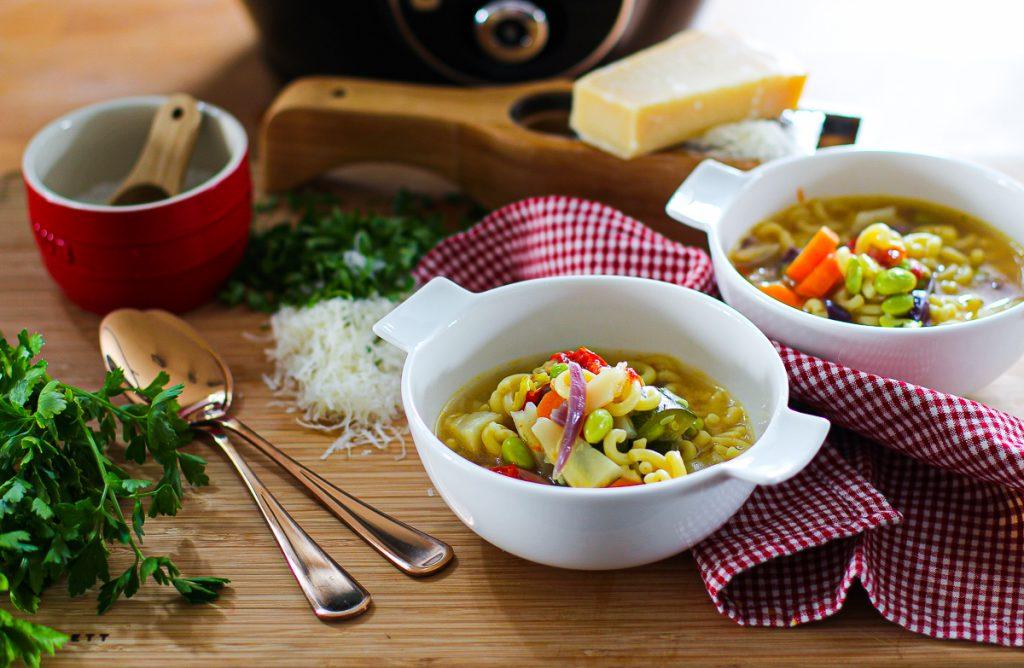 Schnelle Minestrone, angerichtet mit Parmesan.