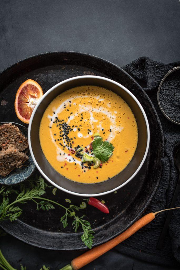 Vegane Karottensuppe in einer schwarzen Schale
