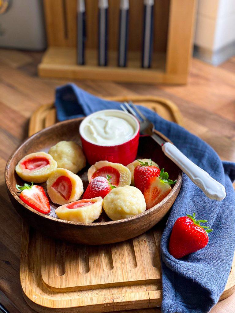 Einfache Erdbeerknödel -Topfenknödel mit Erdbeeren in einer Holzschale