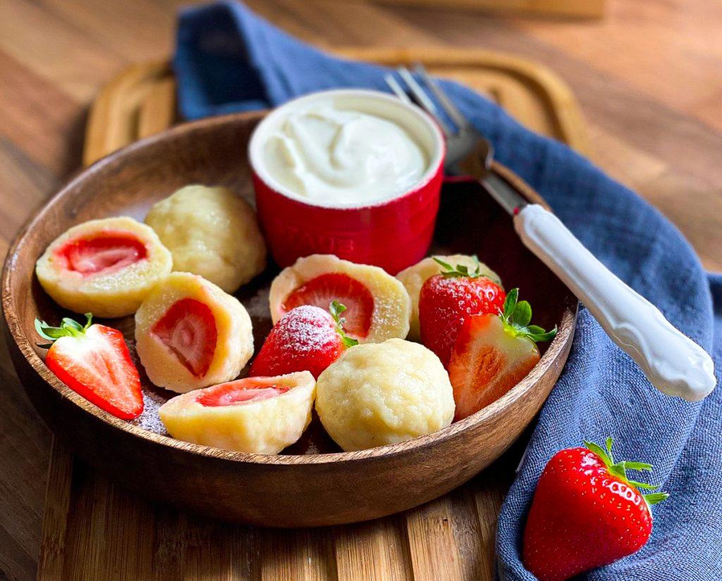 Einfache Erdbeerknödel -Topfenknödel mit Erdbeeren mit Puderzucker