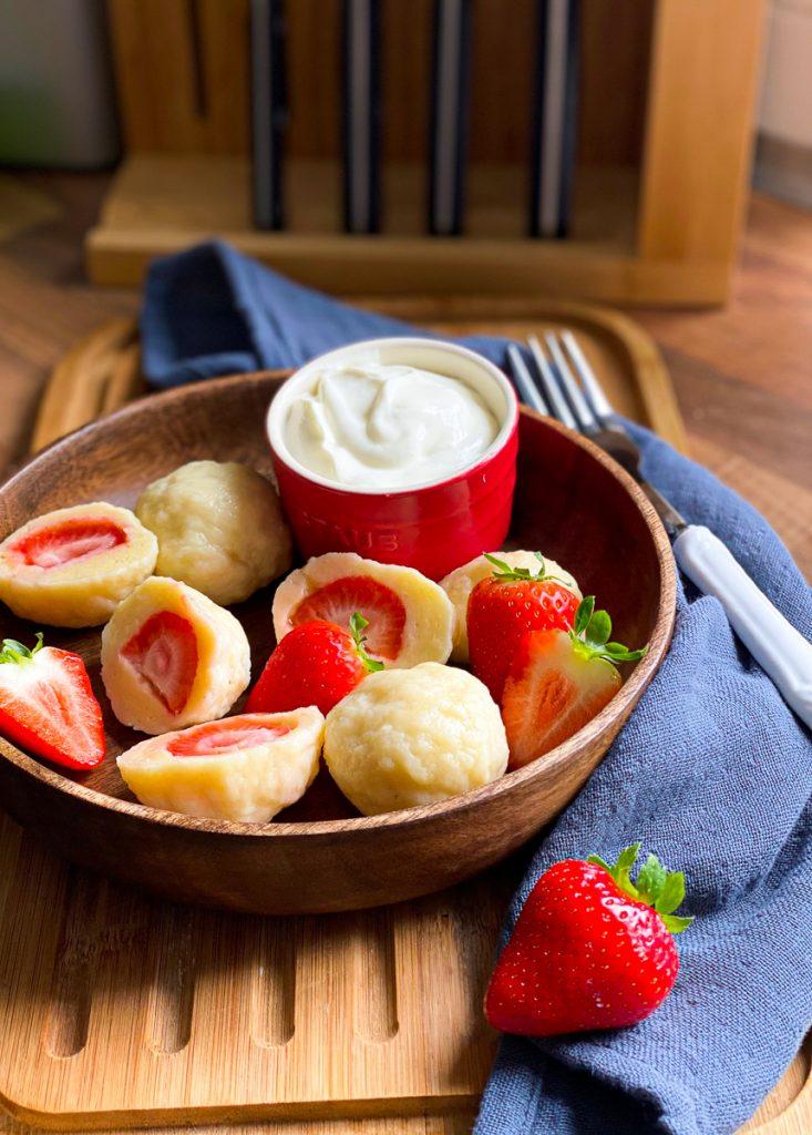 Einfache Erdbeerknödel -Topfenknödel mit Erdbeeren
