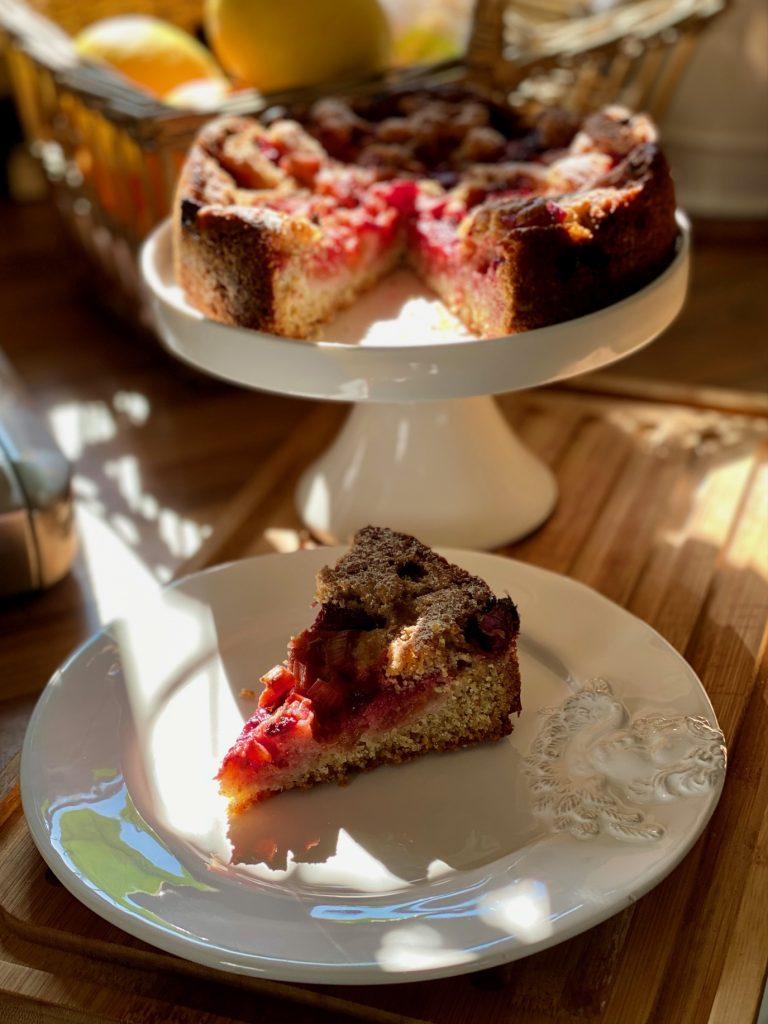 Einfacher Dinkel Vollkornkuchen, ein Stück auf einem weißen Teller