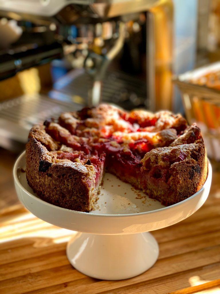 Einfacher Dinkel Vollkornkuchen mit Erdbeeren und Rhabarber