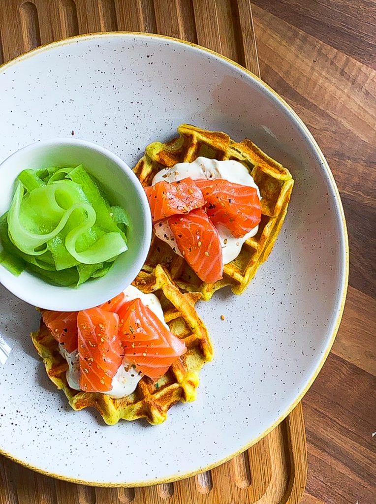 Schnelle fettarme Kartoffelwaffeln mit Lachs und Gurkensalat von oben fotografiert