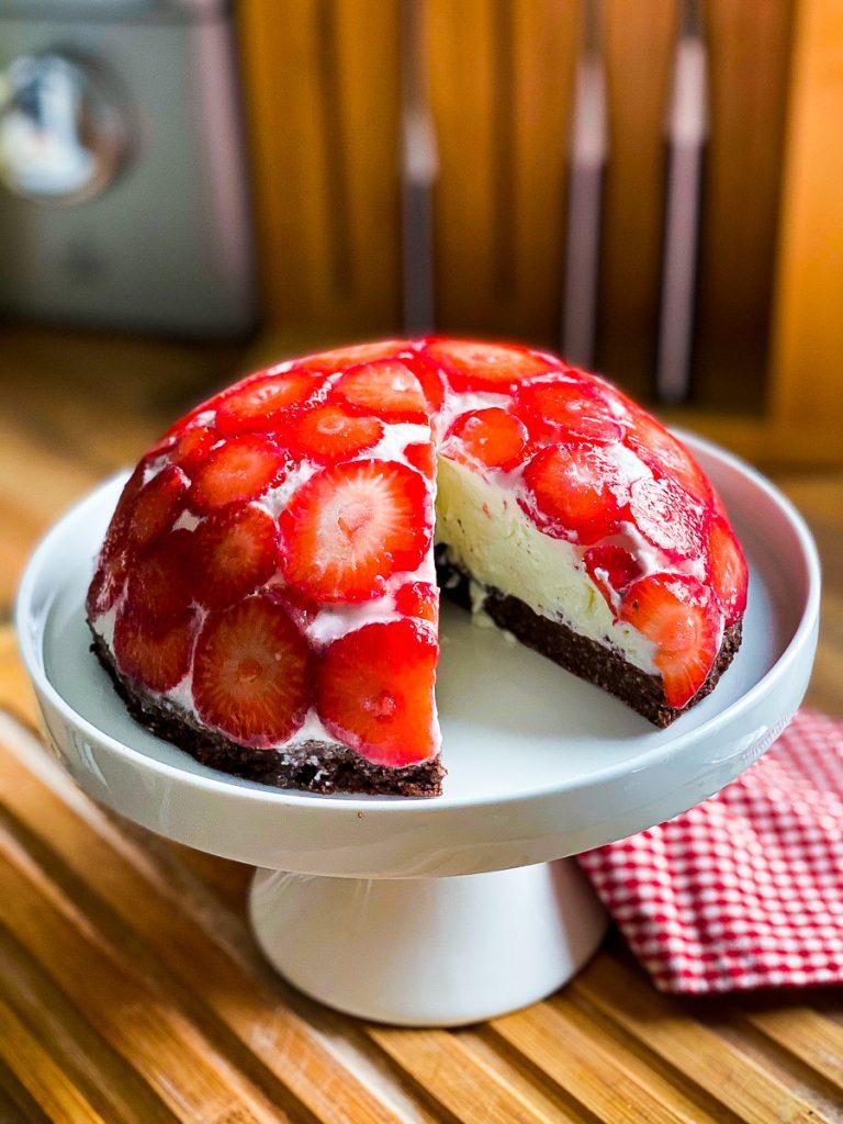 Erdbeer-Kuppeltorte ohne Mehl und Zucker angeschnitten