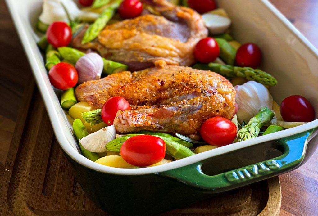 Huhn mit Spargel und Tomaten vom Blech  - roh Nahaufnahme