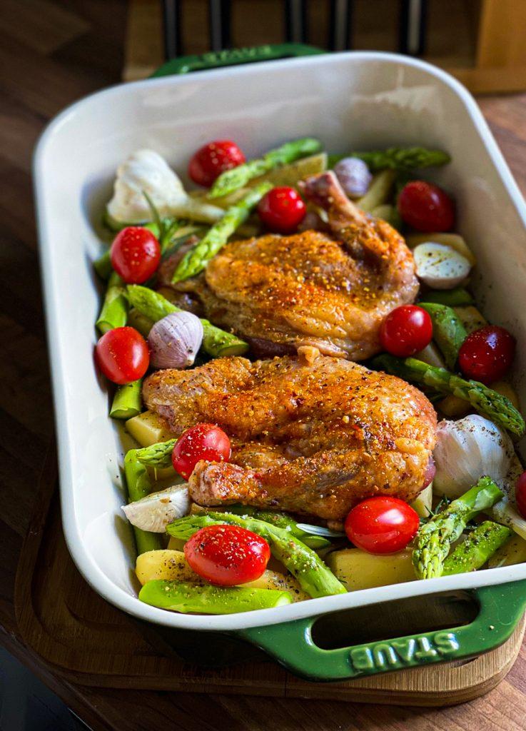 Huhn mit Spargel und Tomaten vom Blech vor dem Backen