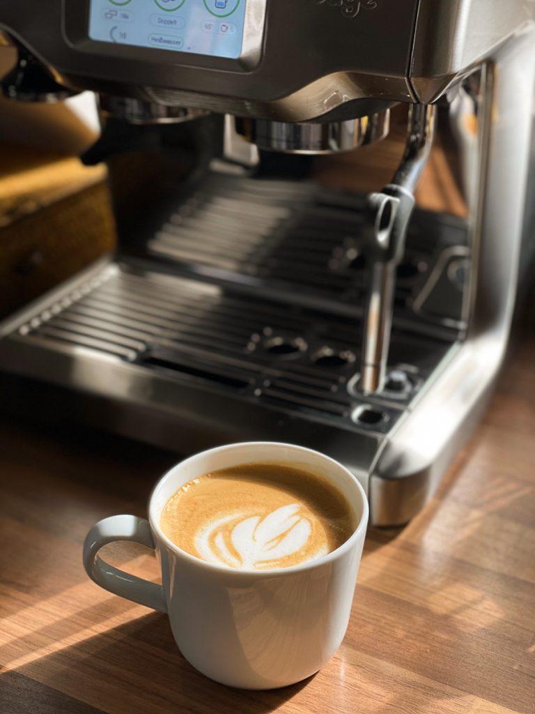 Sage Barista Touch Siebträgermaschine im Test - LatteArt Tulpe