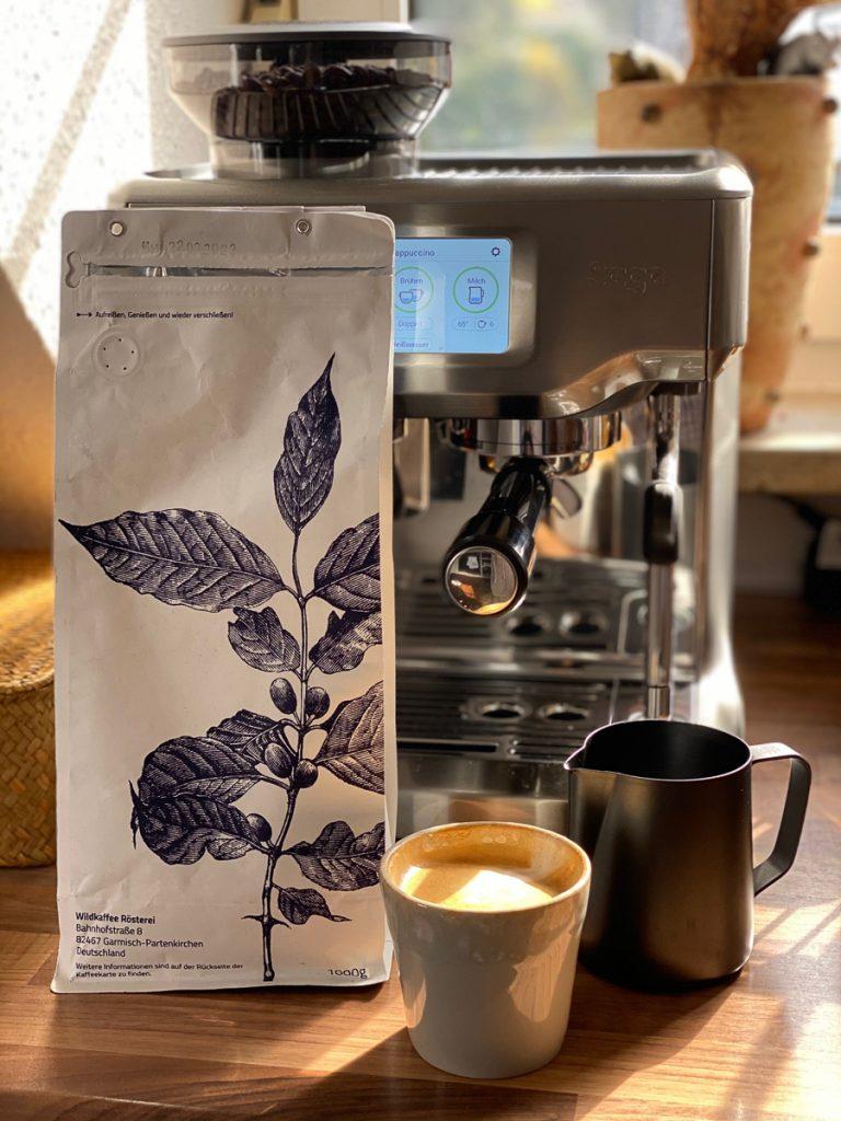 Sage Barista Touch Siebträgermaschine im Test mit Kaffeebohnen