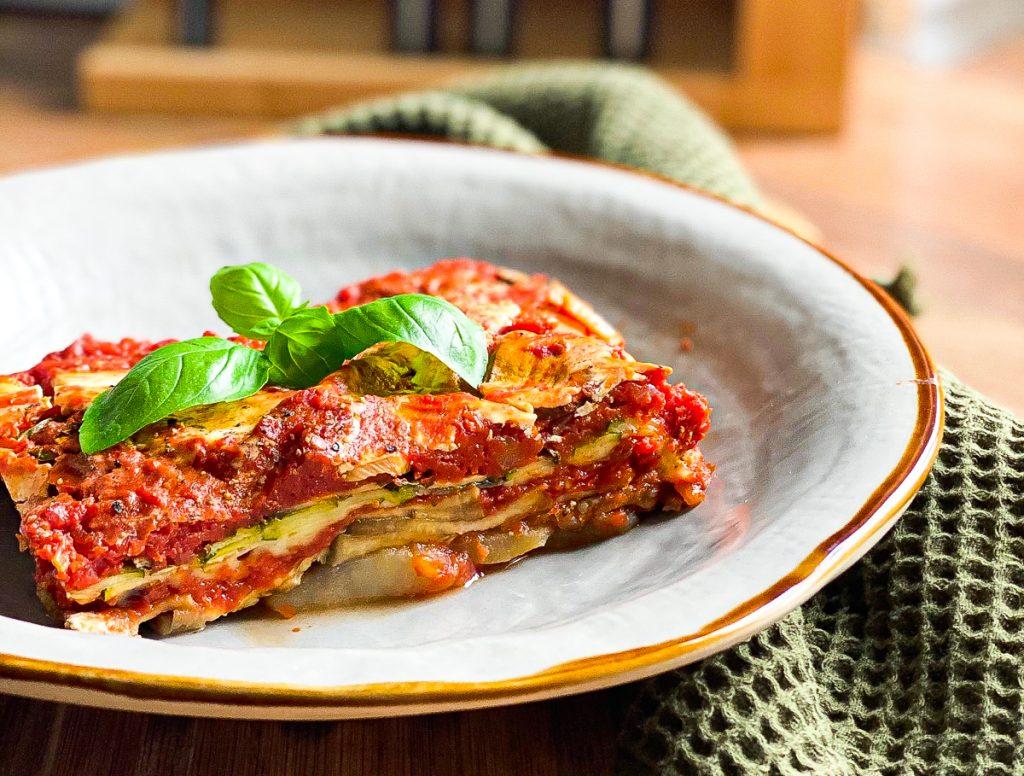 Vegetarische Lasagne mit meinem genial einfachen Sugo - auf dem Teller mit Basilikum