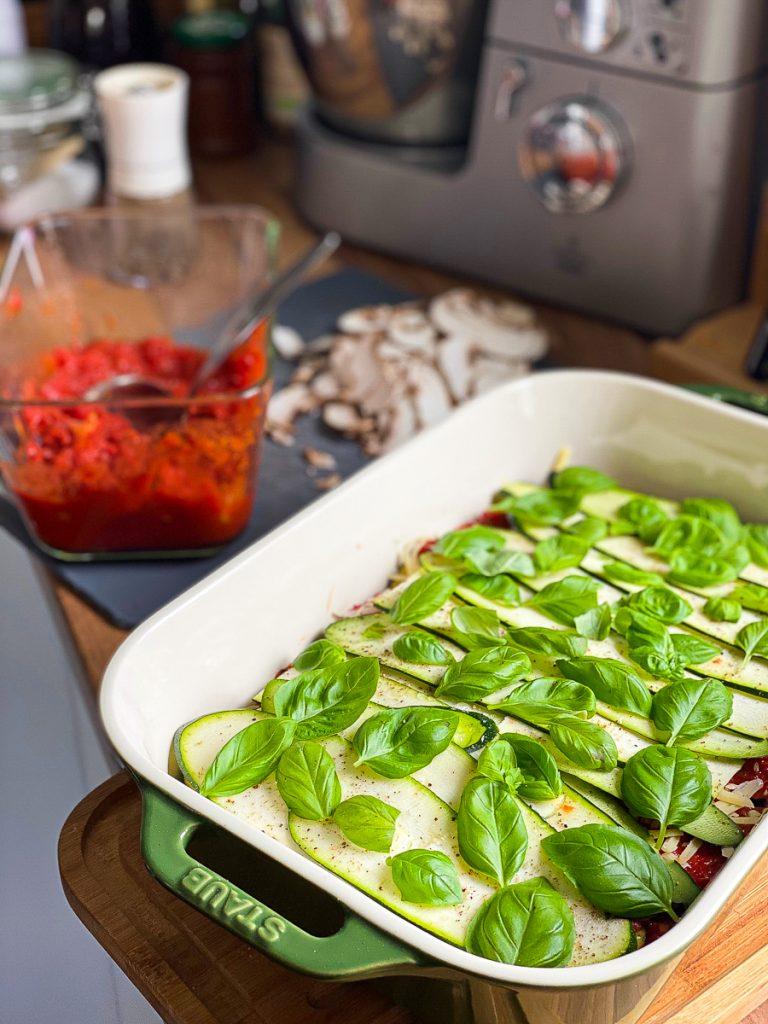 Vegetarische Lasagne mit meinem genial einfachen Sugo - schichten mit Basilikum