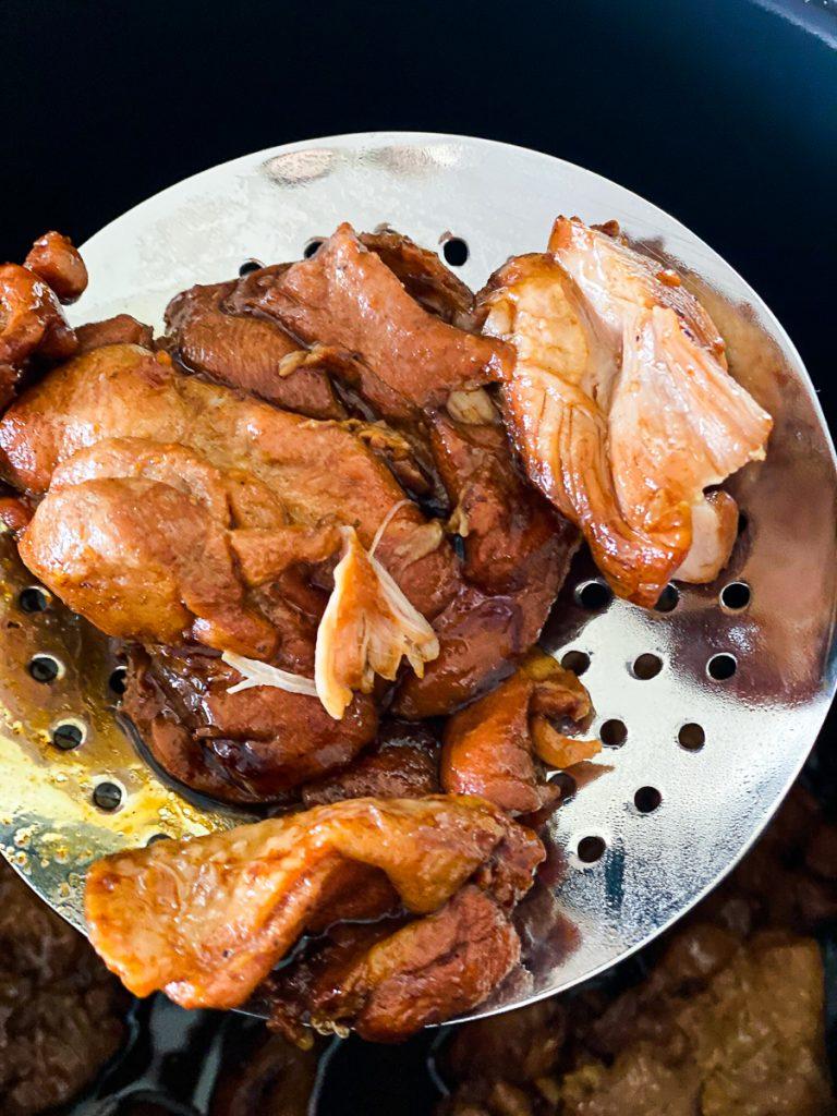 gegartes Fleisch auf einer Schaumkelle