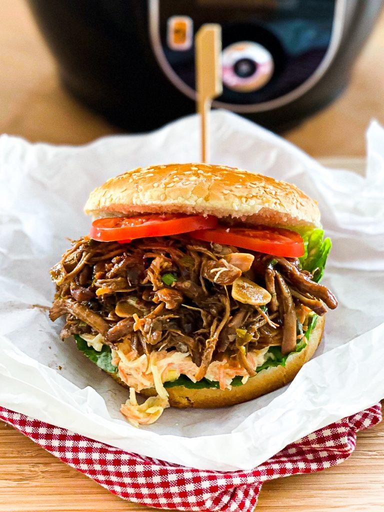 Pulled Chicken Burger schnell und einfach, angerichtet vor dem Cook4Me
