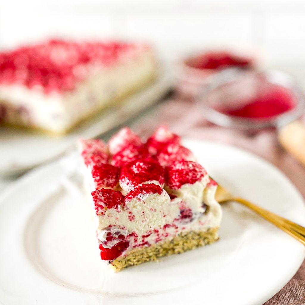 Tiramisu Kuchen mit Himbeeren - ein Stück auf einem weißen Teller
