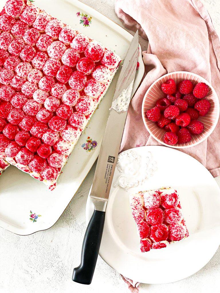 Tiramisu Kuchen mit Himbeeren. Angeschnitten von oben.