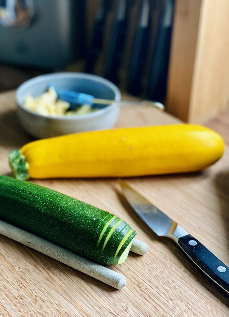 Schneiden der Hasselback Zucchini